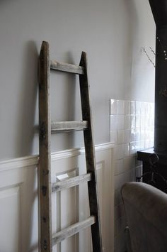 Nieuwe kleur op de muur Painting the past Monument grey Livin klassiek visgraat afzelia wooden floor Rustic rustique rustiek painting the past grey Interior Paint Colors, Paint Colors For Home, Interior Design Advice, Interior Design Living Room, Cleaning Wooden Floors, Deco Paint, Country House Interior, Bathroom Inspiration, Home Living Room