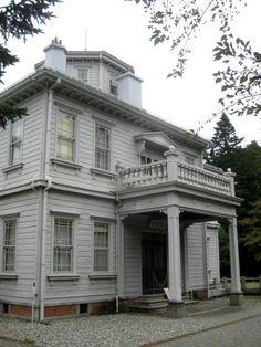 有栖川宮威仁親王(1862~1913)の御別邸として明治41年(1908)、福島県の猪苗代湖を望む高台の上に建てられた西洋館。