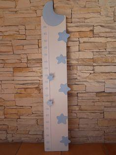 Medidor de madera con estrellas y luna. Color azul y blanco.