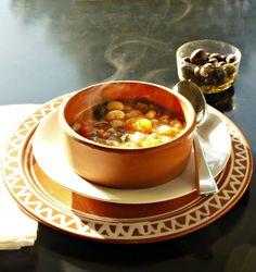 Η συνυφασμένη με το εθνικό DNA φασολάδα στην κλασική χυλωμένη της εκδοχή και σε 7 από τις καλύτερες παραλλαγές, όλες ανεξαιρέτως χορταστικές και νόστιμες. Group Meals, Greek Recipes, Bon Appetit, Chili, Main Dishes, Good Food, Soup, Cooking, Ethnic Recipes