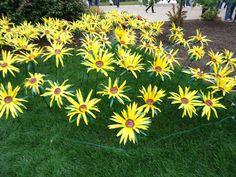 Make Garden Art Flowers from Water Bottles-- colorful in shrubs, greenery, etc Art Plastic, Plastic Bottle Crafts, Plastic Flowers, Recycle Plastic Bottles, Recycled Bottles, Recycled Glass, Water Bottle Flowers, Water Bottle Crafts, Water Bottles