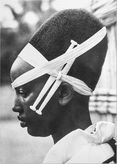 Profil d'une princesse du Ruanda. Port de diadème (icyanganga) et de bâtonnets perlés (intambi). Date inconnue.  Collection Pierre Gallez, carte postale.