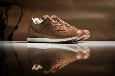 Originária dos Estados Unidos, a NEW BALANCE tem sua mais famosa fábrica localizada no Reino Unido, e é de lá que vem a parceria com os britânicos da GRENSON.  A GRENSON é uma fabricante de calçados artesanais, estabelecida em 1866, e que escolheu o popular 576 como plataforma de trabalho. O tênis