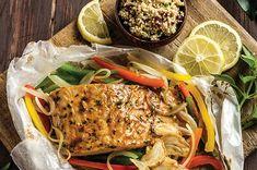 Salmón al horno sobre pimientos morrón verde, rojo y amarillo acompañado de quinoa  #salmon #cuaresma #recipe #food #cocinas #comidacasera #delicious #food #foodgasm #saludable #fitness #dieta Quinoa, Seafood, Recipies, Turkey, Fish, Meat, Yummy Yummy, Cooking, Eating Clean
