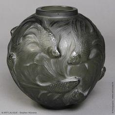 Vase R.LALIQUE 1924  Verre gris foncé. Référence : Félix Marcilhac, catalogue raisonné de l'oeuvre de verre de R.Lalique, éd. de l'Amateur Paris, 1994, p. 425
