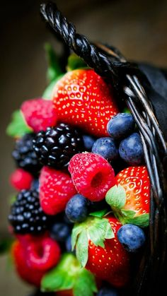 Eat Fruit, Fruit And Veg, Fruits And Vegetables, Fresh Fruit, Fruit For Diabetics, Snacks Saludables, Fruit Photography, Beautiful Fruits, Raspberries