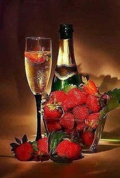 champagne and strawberry Best New Year Wishes, Happy New Year, My Funny Valentine, Happy Valentines Day, Valentines Surprise, Candle Scent Oil, Strawberry Champagne, Strawberry Wine, Scented Oils