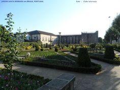 Jardim de Santa Bárbara em Braga, ao norte de Portugal. É uma enorme praça com canteiros floridos. Na parte central uma fonte tendo ao topo uma representação de Santa Bárbara. Ao fundo se destaca o paredão em pedra que integra o Paço Medieval de Braga. Foto: Cida Werneck