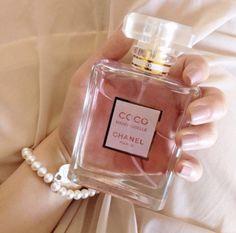 how to make perfume Perfume Good Girl, Perfume Glamour, Perfume Prada, Perfume Scents, Perfume Bottles, Dolce E Gabbana, Perfume Collection, Smell Good, Makeup Collection