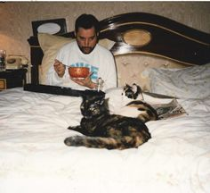If you're a big Freddie Mercury fan, you probably already know how much the Queen singer adored his four-legged pets.this is just another reason to love this legendary star # freddie mercury # cats cats # cat photos # cat love Queen Freddie Mercury, Queen Banda, Freddie Mercuri, Tom Et Jerry, Historia Do Rock, Son Chat, Queen Photos, Queen Pictures, We Will Rock You