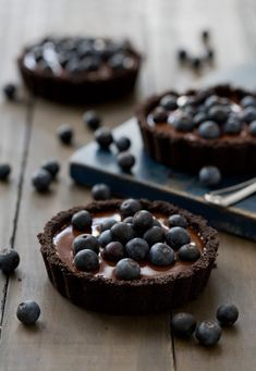 These tartlets combine blueberries and chocolate for a surprisingly delicious dessert. Mini Desserts, No Bake Desserts, Just Desserts, Delicious Desserts, Yummy Food, Plated Desserts, Slow Cooker Desserts, Yummy Treats, Sweet Treats