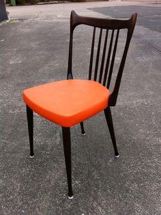 4 oranje Stevens-stoelen in retrostijl. Komen uit de jaren '60 of '70, en zijn van Hollandse makelij. Helaas is er weinig meer terug te vinden over de oude meubelfabrikant Stevens. Vier stoelen beschikbaar, bekleed met oranje skai. Prijs: 320 euro voor de set.