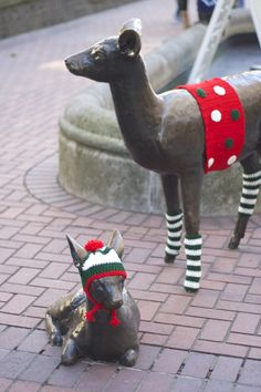 Visitors to Portland, Oregon's Pioneer Courthouse Square now through December 25, 2014 will be greeted with the sight of the surrounding area's iconic statues looking a little more festive and cozy in holiday sweaters.