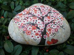 Hübsche Steinfigur mit einem blühenden Baum