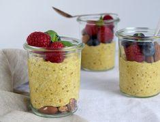 Køleskabsgrød er en sund og nem morgenmad, der forbedredes på få minutter aftenen før. Køleskabsgrøden kan nemt tages med i skole, på arbejde eller i bussen, hvis du ikke når at spise morgenmad hje…