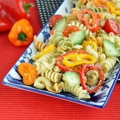 Confetti pasta salad loaded with fresh veggies and topped with a zesty homemade Italian-style dressing. Pasta Salad Recipes, Healthy Salad Recipes, Vegetarian Recipes, Healthy Eats, Pasta Salad With Tortellini, Salad Bar, Easy Salads, Delish, Yummy Yummy