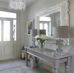 deco hall entree dans un esprit shabby chic en gris avec u grand miroir au cadre massif style baroque