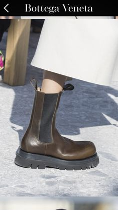 Bottega Veneta Fall 2019 Ready-to-Wear Fashion Show Bottega Veneta Fall 2019 Ready-to-Wear Collection - Vogue Chelsea Boots Outfit, Fashion Pants, Fashion Shoes, Fashion Fall, London Fashion, Womens Fashion, Chanel Boots, Punk Shoes, Shoes Stand