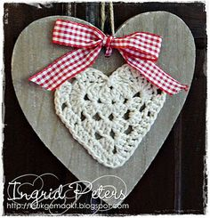 Heart on wood. Pattern for the heart here… Diy Crochet And Knitting, Crochet Home, Crochet Motif, Crochet Patterns, Crochet Hearts, Valentine Heart, Valentine Crafts, Valentines, Yarn Thread