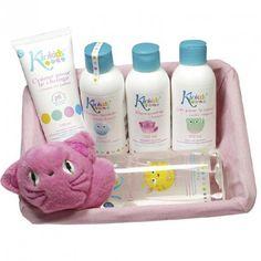 Cesta Bebé Pompitas Rosa, con productos de kiokids su divertida mascota y productos esenciales para el cuidado del bebé. Un regalo original Perfecto para el recién nacido