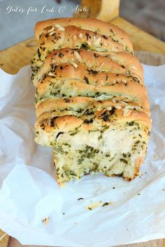Bärlauch-Zupfbrot mit Käse Good for body and soul: wild garlic plucked bread with cheese Meatball Recipes, Pizza Recipes, Gourmet Recipes, Bread Recipes, Tartiflette Recipe, Seafood Mac And Cheese, Kids Meals, Easy Meals, Garlic Cheese Bread