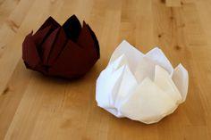 """Pliage de serviettes en """"fleur de lotus"""". Il est préférable d'utiliser des serviettes en papier aspect tissu (plus résistante que les simples serviettes en papier). Voir les explications sur la vidéo."""
