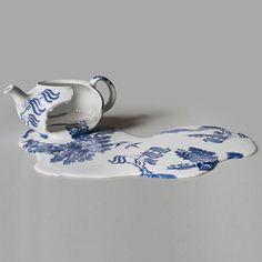 Les étonnantes porcelaines fondues de l'artiste Livia Marin, d'origine chilienne, qui détourne les codes de la porcelaine décorative pour créer des sculptures fascinantes d'objets fondus, baignant dans des flaques et des coulures recouvertes de motifs Willow…2012