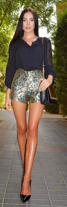 Metallic Shorts Chic Style by Laura Badura Fashion Short Outfits, Cool Outfits, Summer Outfits, Summer Shorts, Laura Badura, Metallic Shorts, Looks Chic, Business Outfit, Schneider