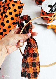 How to make a ribbon wreath with an embroidery hoop -- So easy! Burlap Halloween, Halloween Ribbon, Diy Halloween Costumes, Diy Halloween Decorations, Halloween Tutorial, Halloween Halloween, Halloween Wreaths, Turkey Halloween, Christmas Decorations
