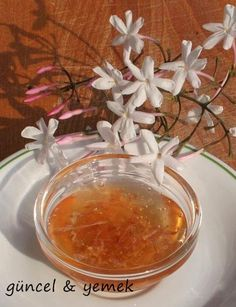 YASEMİN REÇELİ  MALZEMELER:  250 gr yasemin çiçeği 1 adet limon 5 su bardağı şeker 5 su bardağı su