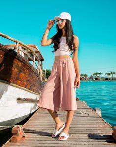LOOK ALL ROSE ( TOP CROPPED + PANTACOURT) - Elegante, sofisticado e confortável o shorts de viscose pode ser utilizado em conjunto com a camiseta ou coordenado com peças lisas, vermelho e azul são dicas de cores que ficam lindas com essa estampa.