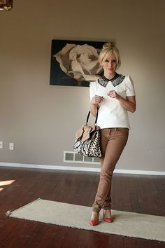 white short sleeve blouse with black collar, brown skinnies (I would go with traditional trousers for work) Modest Fashion, Fashion Outfits, White Short Sleeve Blouse, Summer Work Outfits, Office Looks, Collar Necklace, Feminine Style, Peter Pan, Style Guides