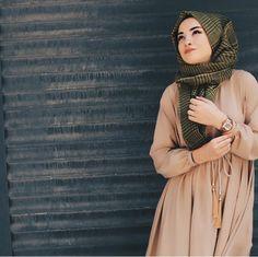 casual, fashion, and hijab by stay weird Muslim Women Fashion, Islamic Fashion, Hijab Dress, Hijab Outfit, Muslimah Clothing, Modele Hijab, Fashion Cover, Hijabi Girl, Hijab Chic