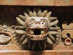 - Quetzalcóati serpiente emplumada (busto en piedra), en el templo Teotihuacan, México -