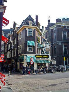 "Diamond center - Amsterdam met rechts het Binnengasthuis. In dit straatje (Lange Brugsteeg) was Goudsmid ""Lippens"""