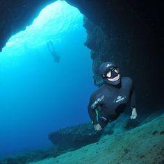 Entrée en apnée dans la grotte