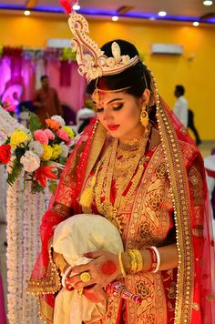 This app includes a collection of best handpicked Indian Bridal Dresses. Bridal Makeup Looks, Indian Bridal Makeup, Bridal Beauty, Bridal Poses, Bridal Photoshoot, Bridal Portraits, Bengali Wedding, Bengali Bride, Bride Photography