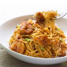 """Bang Bang Shrimp Pasta  Made by @skinnymom. From her blog skinnymom.com ❤️@skinnymom  Yield: 4 servings  Serving size: 4 oz pasta, 10 shrimp and 2 Tbsp…"""