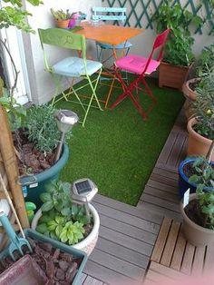 Terrasse avec plante en pots et salon de jardin coloré
