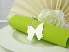 Besondere Tischkarten Schmetterling für Ihre Hochzeit von EinsSein in white. Diese Tischkarten können Sie als Serviettenring nutzen oder auch als Geschenkanhänger für Ihre Gastgeschenke bei der Hochzeit. Very nice wedding place card in white. #EinsSein