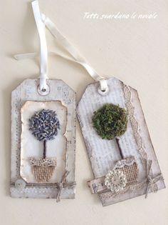 Tags autunnali scrap vintage shabby con foglie secche ed alberelli di lavanda e muschio secco.