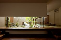 One-Story House, Yasumitsu Takano & Associates. what a lovely interior courtyard, garden being on a raised platform allows for Traditional Japanese interior/exterior relationship to be maintained within the dwelling. Japanese Style House, Japanese Modern, Japanese Interior, Traditional Japanese, Japanese Architecture, Interior Architecture, Interior And Exterior, Interior Design, Japan House Design