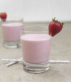 Creamy strawberry banana smoothie with rolled oats - Savvy Sassy Moms