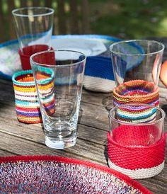Porta-copos de crochê abraçam o vidro com muito charme. Estes são do projeto Rendas do Amanhã
