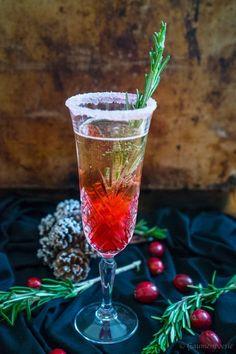 Weihnachtliche Erfrischung mit Cranberries, Rosmarin und spritzigem Prosecco.