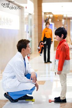 SBS Angel Eyes - Park Dong Joo aka Dr. Dylan Park (Lee Sang Yoon) speaks to the son of his patient using his native dialect as Yoon Soo Wan (Goo Hye Sun) looks on.