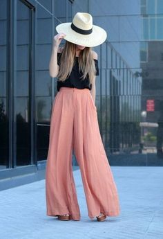 The long women's trousers cut with a loose, extremely wide leg that flares out from the waist are called palazzo pants. In this post I present you 15 trendy street style outfits with palazzo pants Komplette Outfits, Fashion Outfits, Womens Fashion, Fashion Trends, Summer Outfits, Summer Clothes, Fashion News, Latest Fashion, Fashion Shoes
