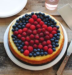 Red, White and Blue Cheesecake. I love the presentation . could do a heart shape in raspberries for valentines or anniversary cake. Sand Pudding, Pudding Cups, Just Desserts, Dessert Recipes, Good Food, Yummy Food, Chocolate Wafers, Cookie Crumbs, Sweet Tooth