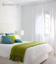 Dormitorio blanco detalles verde y turquesa