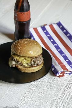 Attention garlic and burger lovers! Learn how to make a awesome Steak and Shake Garlic Double Steakburger at home with this easy copycat recipe. Copycat Recipes, Meat Recipes, Cooking Recipes, Sandwich Recipes, Hamburger Recipes, Burger Dogs, Burgers, Burger Seasoning, Cheese Buns